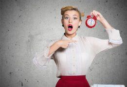 Une femme stressée par le temps et sa charge de travail