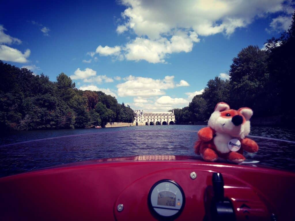James Boond visite le château de Chenonceau en bateau