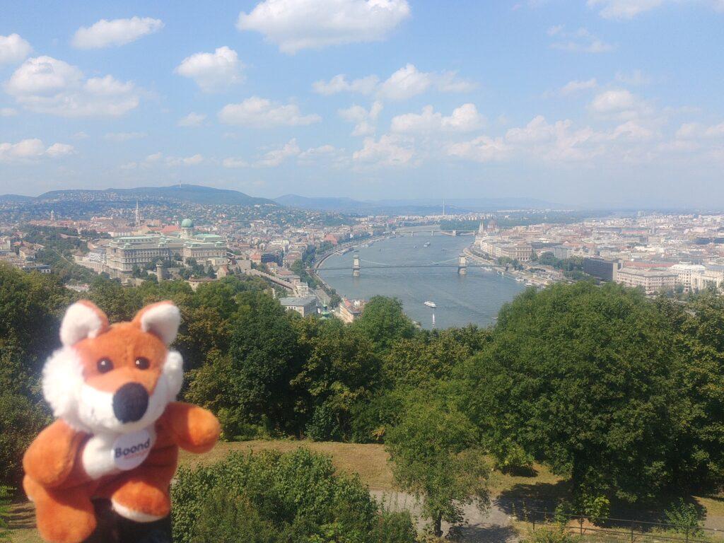 James Boond découvre Budapest, pause devant le Danube.